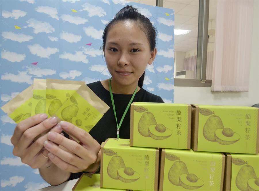 王盈穗發揮年輕人創意,為社區農產品包裝注入新生命。(劉秀芬攝)