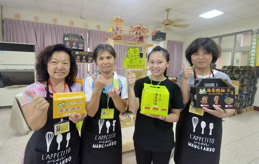 王盈穗(右2)帶領3位多元同仁拚業績,希望幫社區轉型成社會企業,讓農民生活過更好。(劉秀芬攝)