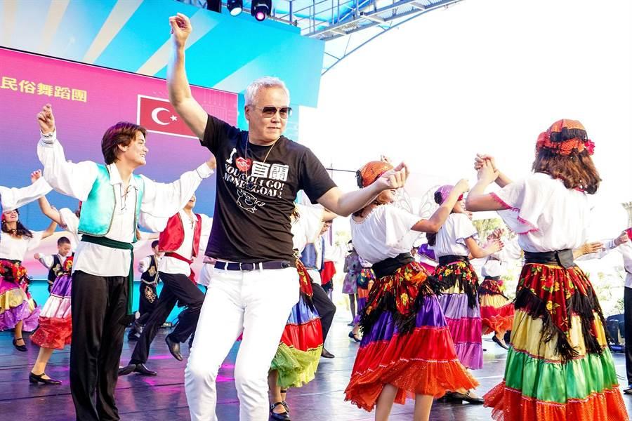 林瑞陽欣賞國外團隊演出時,一時興起與團員熱舞。(李忠一攝)