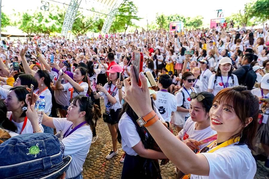 林瑞陽所率領的千人旅遊團擠爆童玩節園區野外劇場,林瑞陽上台時,員工紛紛趨前拍照。(李忠一攝)