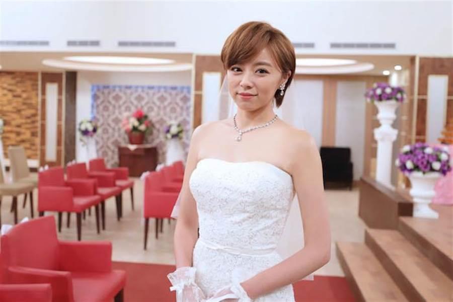 王瞳披婚紗無感。