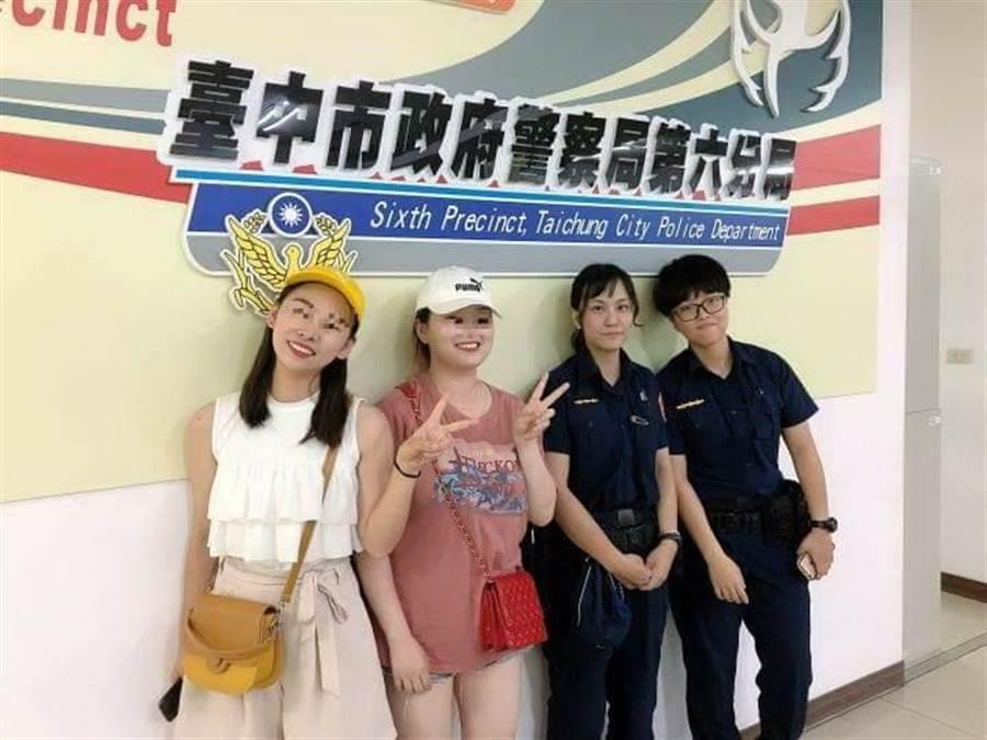 來台遊玩的觀光客,透過調閱路口監視器,在短短20分鐘迅速找回遺失的物品,讓2名旅客豎起大拇指稱讚台灣警察效率。(盧金足翻攝)