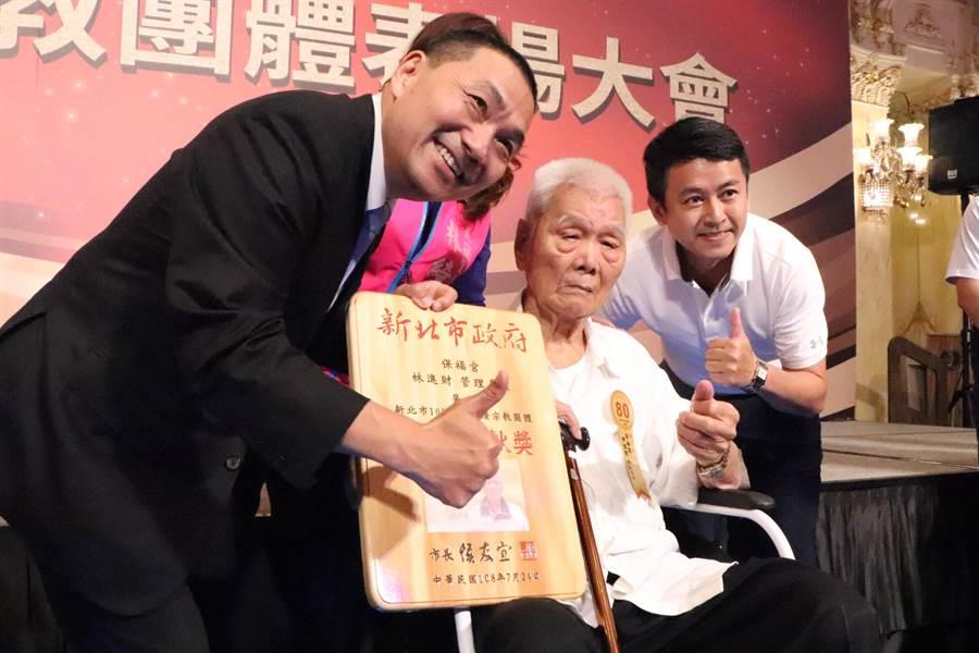 百歲人瑞林進財為今年最年長的受獎者。(吳亮賢攝)