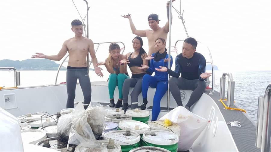 熱心的潛水教練王銘祥與熱血學員,將23桶船隻機油打撈上船,對於有人汙染環境感到十分無奈。(王銘祥提供)