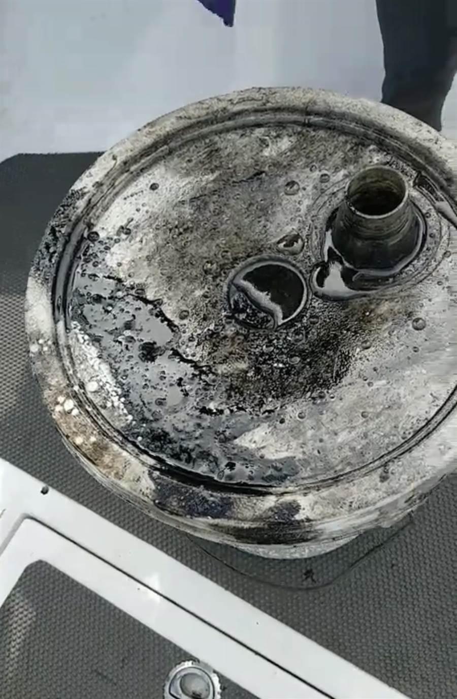 廢棄的船隻汽油桶流入海中,破壞環境,非常糟糕。(王銘祥提供)