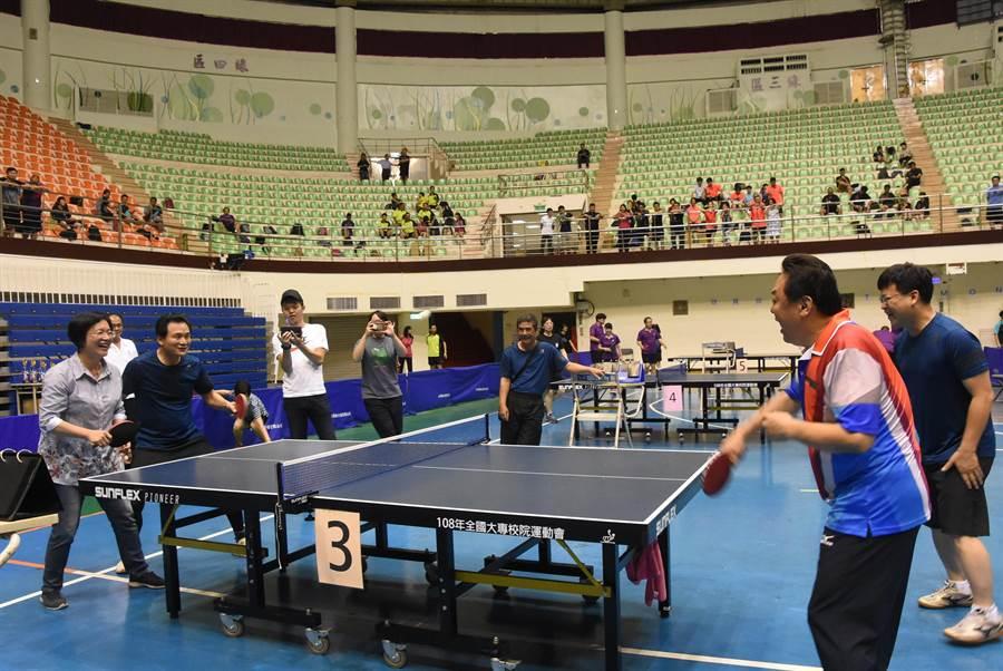 縣長盃公務人員桌球賽24日上午在彰化縣立體育館開打,43隊近500位選手共襄盛舉,連退休公務員也組隊報名了。(吳敏菁攝)
