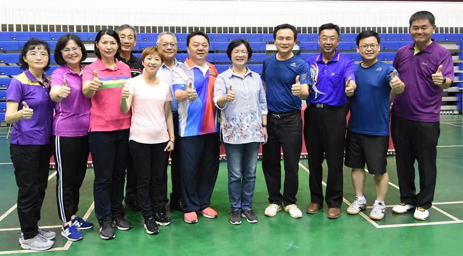 縣長盃公務人員桌球賽24日上午在彰化縣立體育館開打,43隊近500位選手共襄盛舉。(吳敏菁攝)