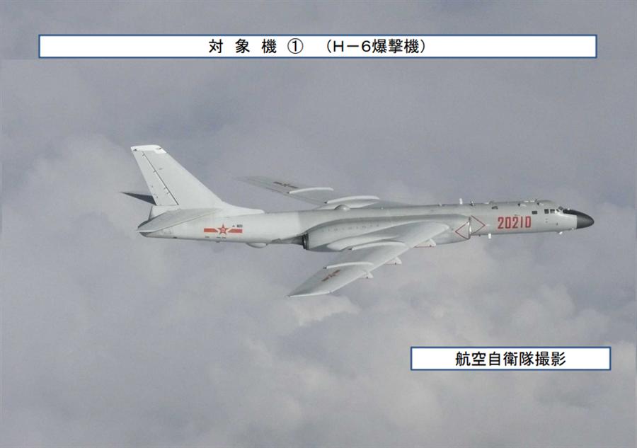 中共空軍2架轟-6K轟炸機(圖)與俄軍2架圖-95轟炸機及一架A-50預警機聯手進行了史無前例的戰略巡航。(圖/日本防衛省)