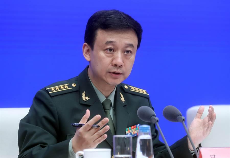 中共國防發言人吳謙在《新時代的中國國防》白皮書的新聞發布會上回答有關駐港部隊是否介入香港事務問題。(圖/中新社)
