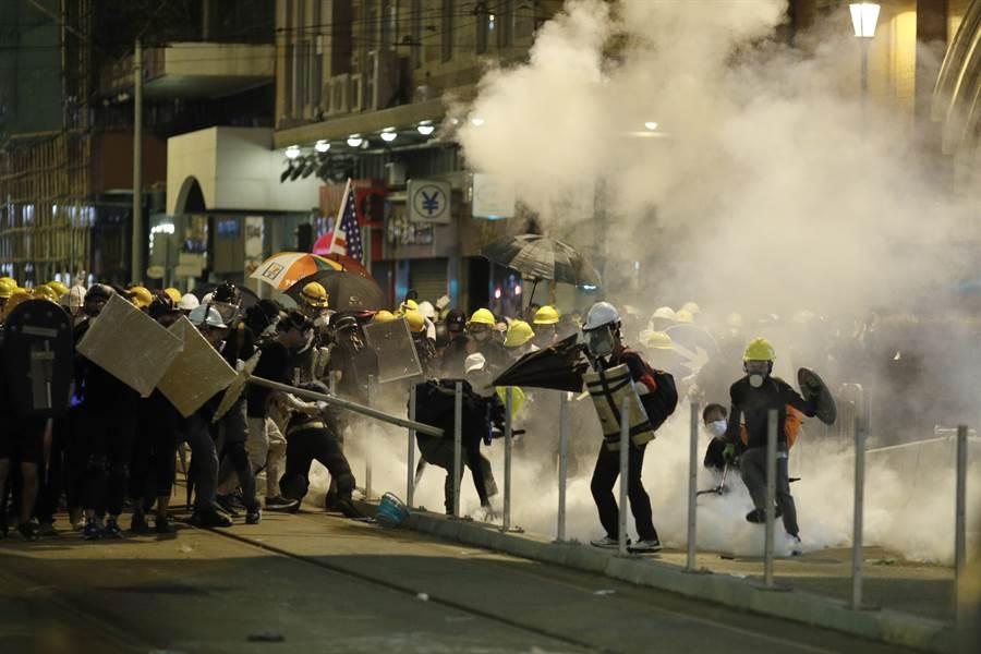 香港群眾抗議活動愈演愈烈,駐港解放軍是否介入需依《駐軍法》規定,即由港府提出要求,解放軍在執行完任務後立即返回駐地。(圖/美聯社)