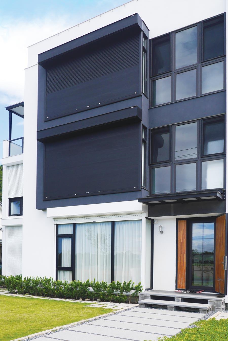 元誠耐盾捲窗特殊專利,防颱T型鉤與防颱滑軌,能承受1,000公斤的拉力。圖/業者提供