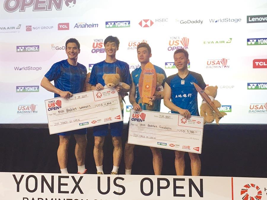 土地銀行羽球隊員王齊麟(右起)、李洋參加2019年美國羽球公開賽摘下男子雙打銀牌。圖/土銀提供
