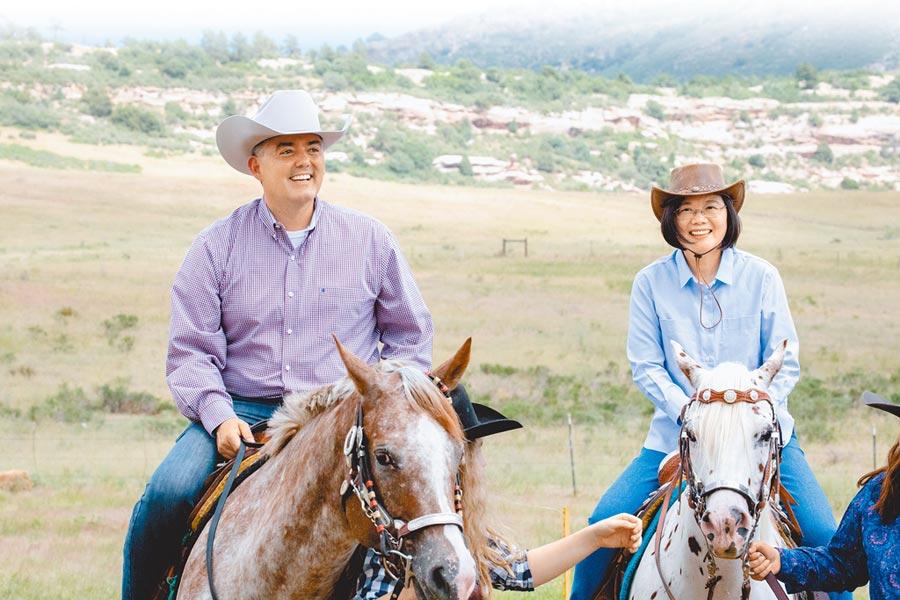 「自由民主永續之旅」蔡英文總統騎馬體驗美國西部風情,美國聯邦參議院外委會亞太小組主席賈德納(左)22日表示,很高興接待蔡總統,重申支持台灣人民。(總統府提供)