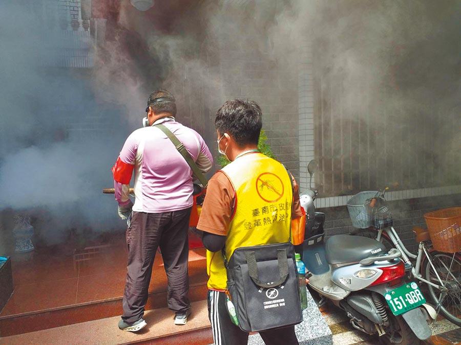 台南市新增登革熱病例,防疫人員進行戶外噴藥。(洪榮志翻攝)