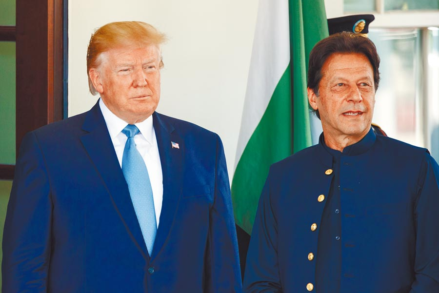 美國總統川普(左)22日在白宮歡迎巴基斯坦總理康恩。(新華社)