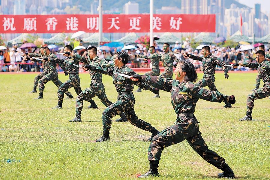 6月30日,解放軍駐港部隊昂船洲軍營舉行開放日活動,圖為解放軍駐港部隊進行格鬥技術表演。(中新社)