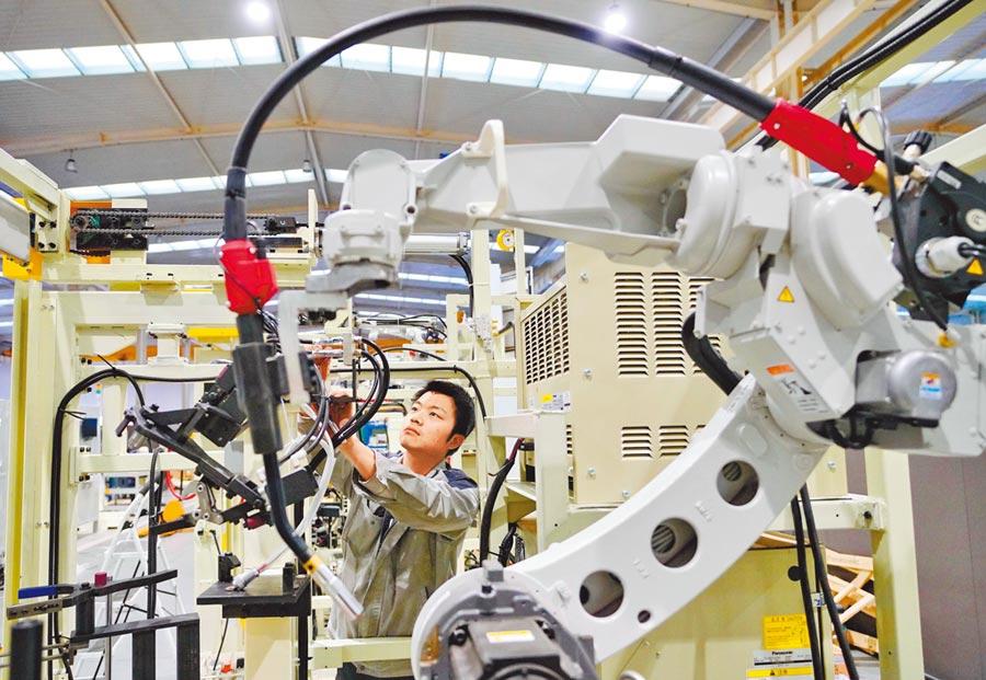 唐山高新技術產業開發區中一公司的科研人員組裝智能焊接機器人。(新華社資料照片)