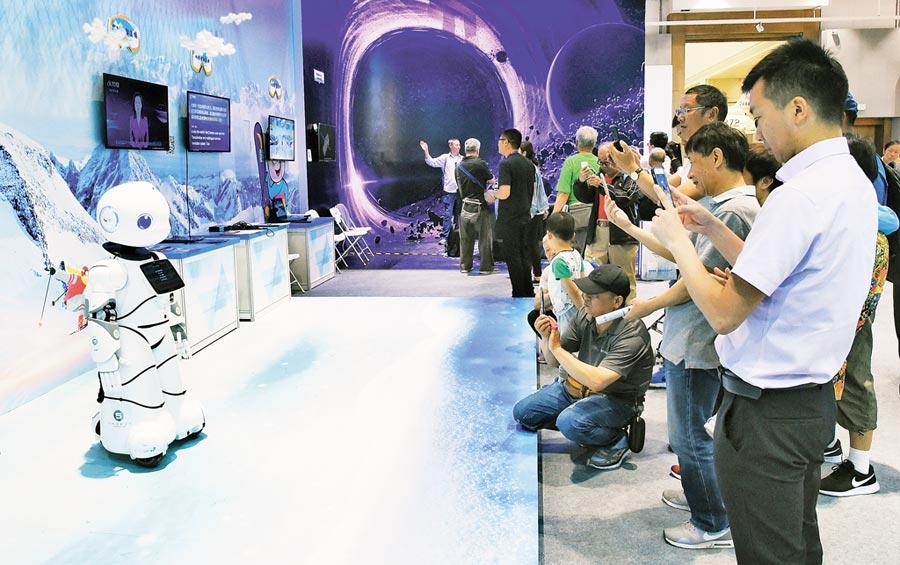 5月21日,北京科技活動周現場,觀眾參觀類人型商用服務機器人表演。(新華社)