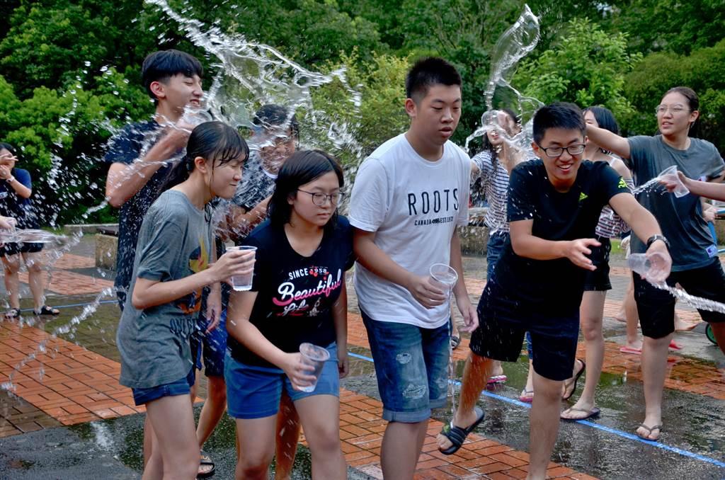 除專業課程,也安排團康活動讓學員們寓教於樂。(政大英文系提供)
