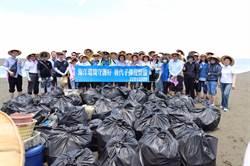 宣示海洋環境保護決心 張麗善率百人外傘頂洲淨灘