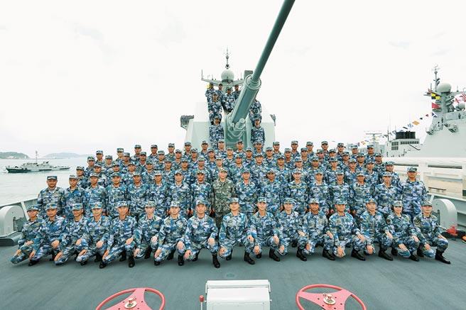 2018年4月12日,大陸在南海海域舉行閱兵,中共中央軍委主席習近平同長沙艦官兵合影。(新華社)