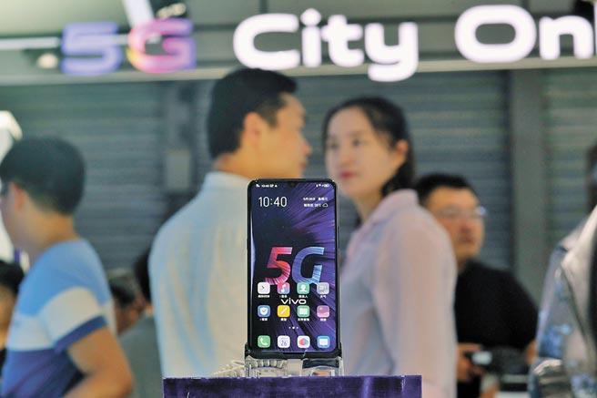 5G智慧手機正式開始商用,圖為2019年世界移動通訊大會,大陸企業發布5G手機。(中新社)