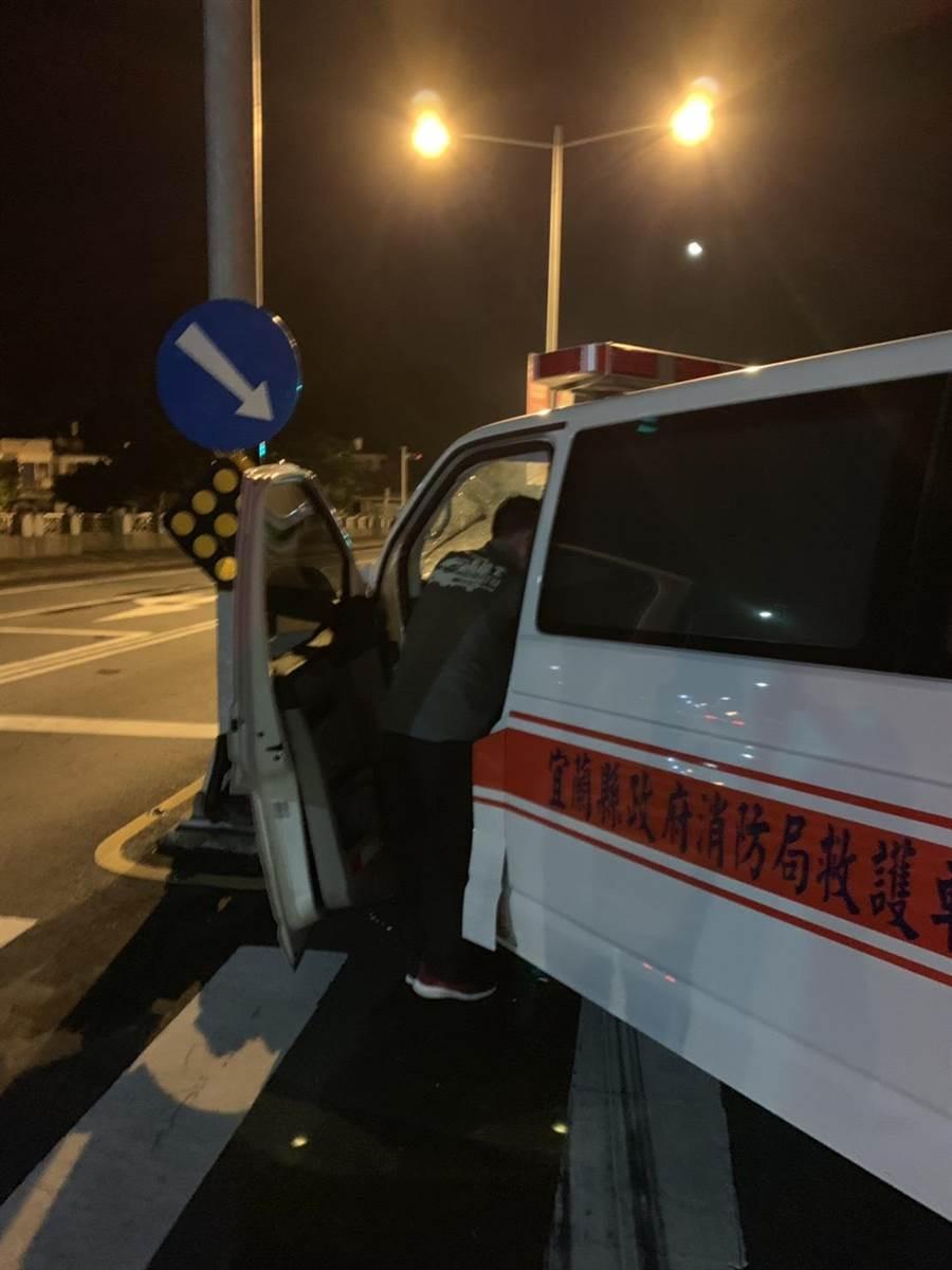 一輛救護車昨在蘇澳執行救援任務時發生車禍,病患經送醫後仍告不治,3名救護員也因此受傷。(翻攝照片)