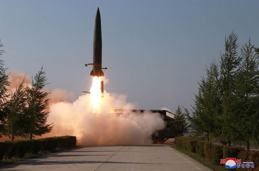 北韓今天清晨再發射2枚不明飛行物體,專家認為此次發射的物體類似於今年5月9日發射的短程飛彈。圖為今年5月9日北韓發射的飛彈資料照。(圖美聯社、朝中社)