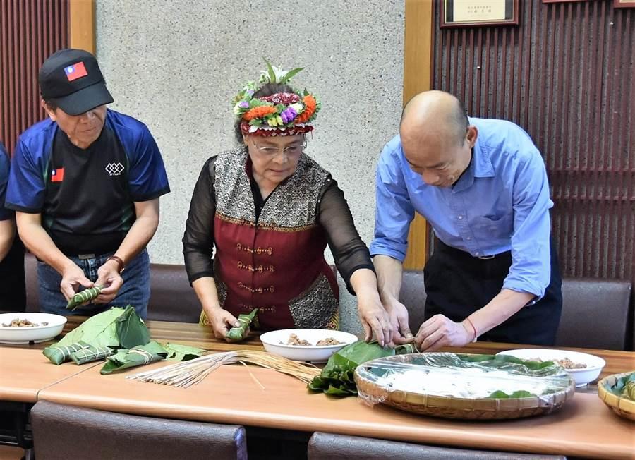 高雄市長韓國瑜(右一)25日上午在茂林區婦女董桂蘭(中)的指導下,體驗做當地美食吉拿富。(林瑞益攝)