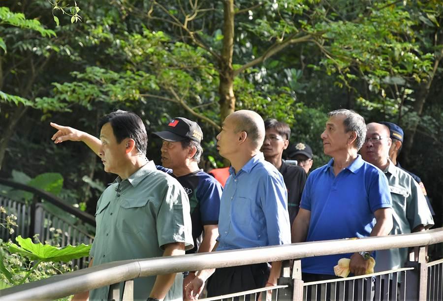 高雄市長韓國瑜(前排左二)25日上午走訪茂林區紫蝶幽谷,體驗生態之美。