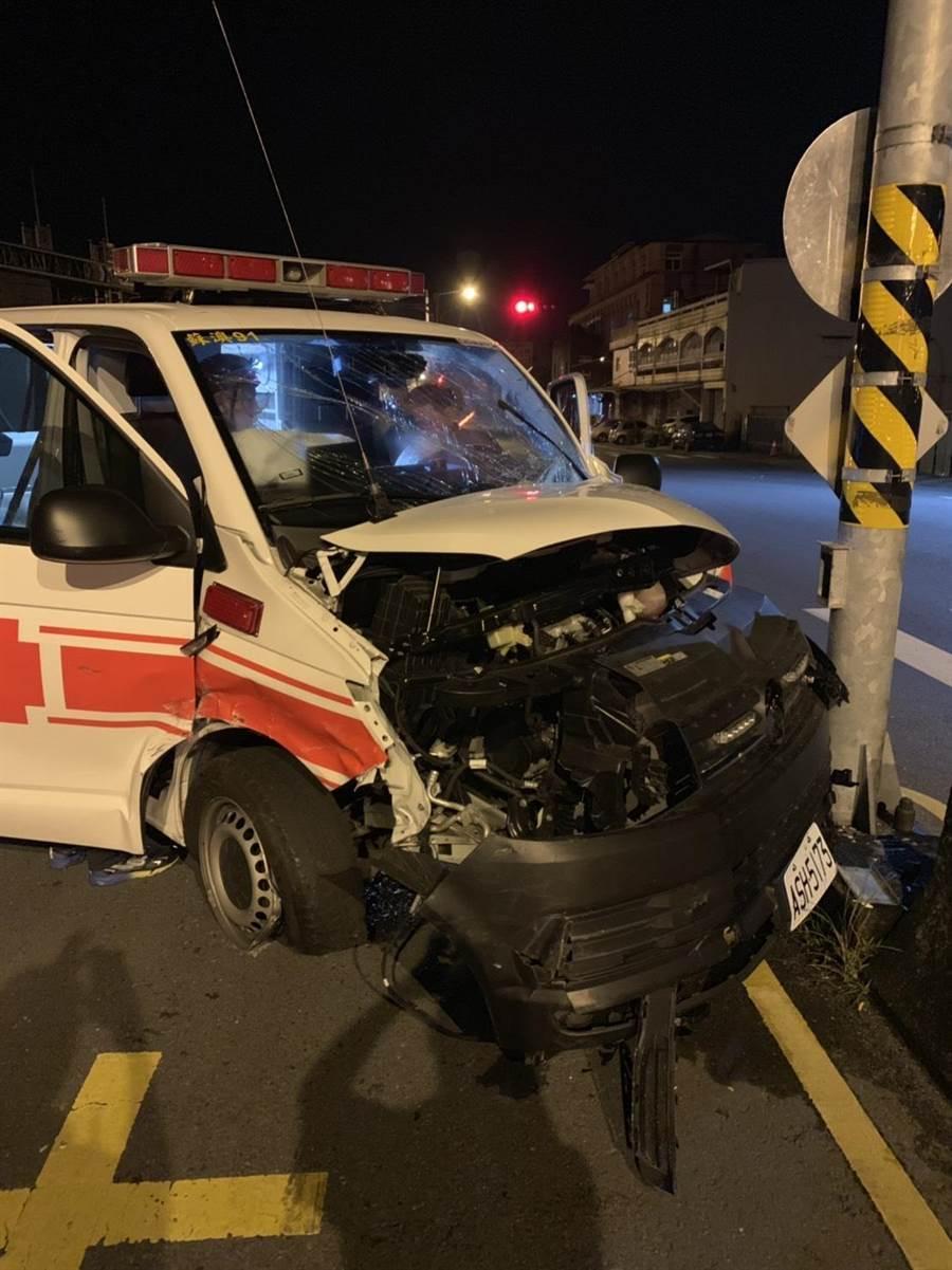 救護車遭撞擊後車頭嚴重變形。(李忠一翻攝)