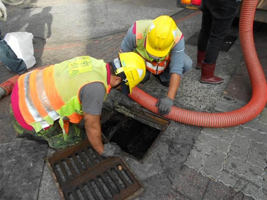 中市環保局清除北區水溝累積40年汙泥,獲得市民寫信肯定市府團隊的努力。(陳世宗翻攝)