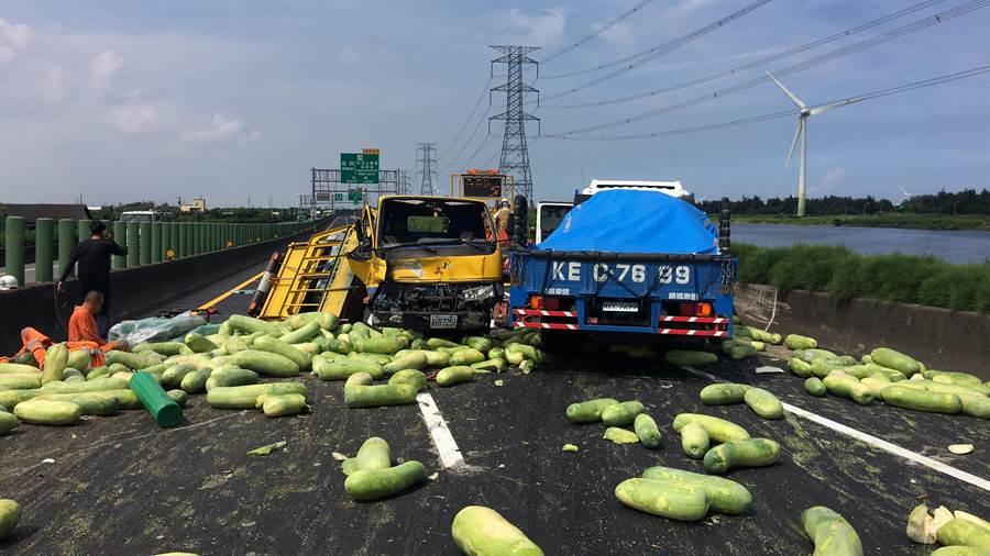西濱台61線彰化線西南下路段上午發生嚴重事故,事故路段滿地冬瓜,南北交通大打結。(謝瓊雲翻攝