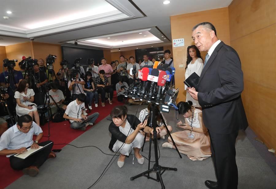 即將接任國安局長一職的退輔會主委邱國正(見圖)25日在行政院發言人谷辣斯·尤達卡陪同下,出面接受媒體訪問。(劉宗龍攝)