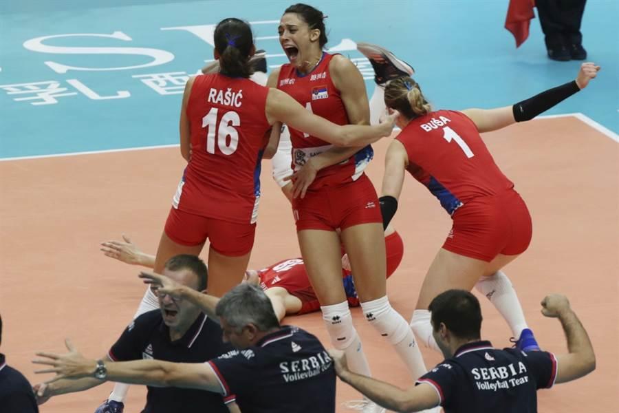塞爾維亞女排隊慶祝擊敗義大利。(美聯社資料照)
