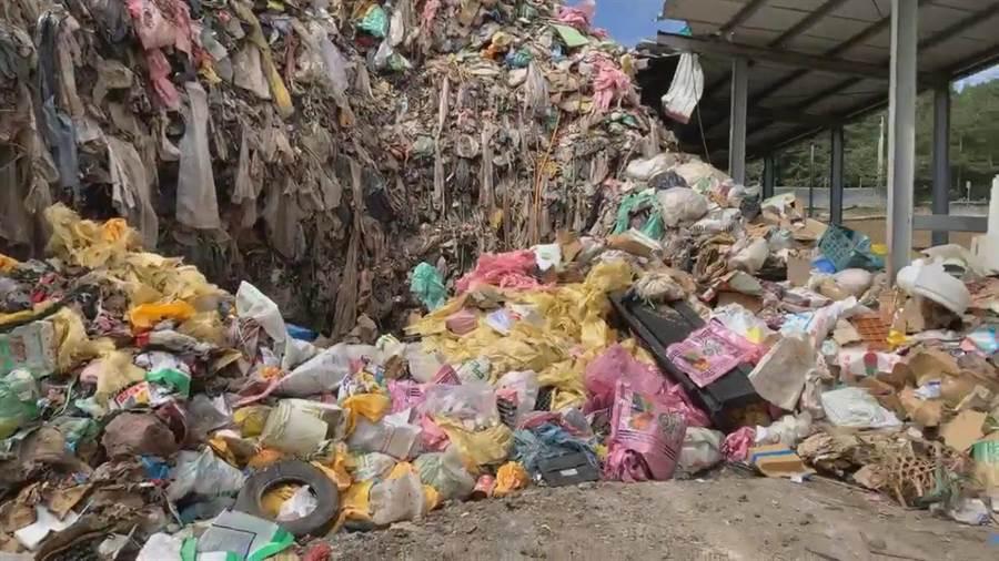 福壽山垃圾轉運站清運量不及進場量,已累積600噸的垃圾山。(王文吉翻攝)