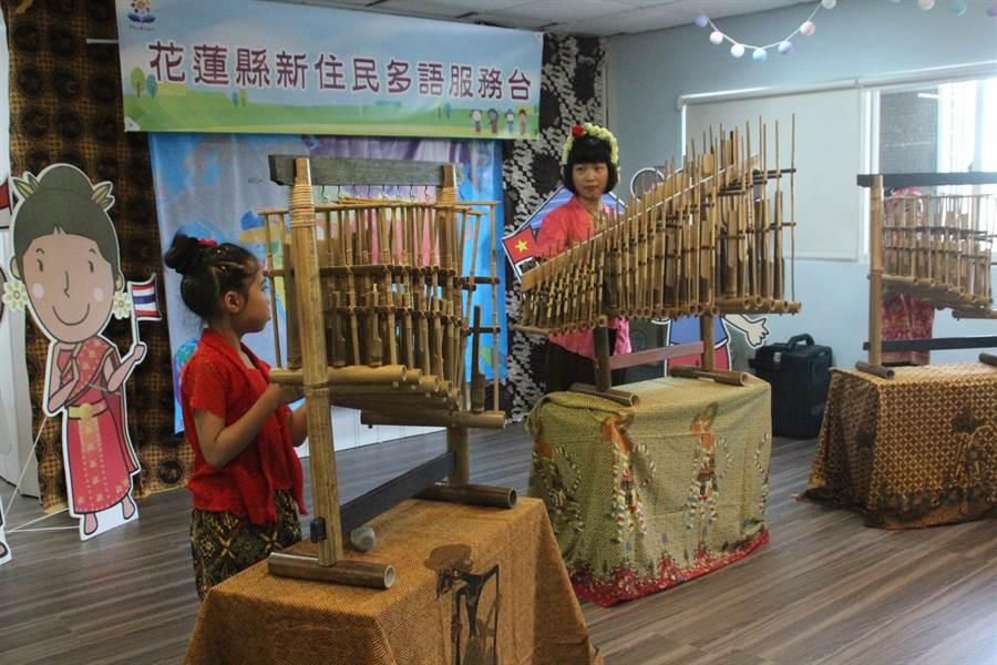 新住民多語服務平台今啟用,新住民老師帶著新住民二代帶來傳統樂器表演。(張祈攝)