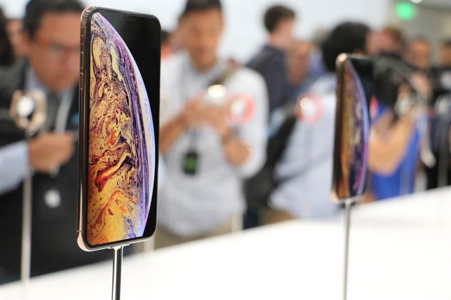 蘋果在 2018 年發表 iPhone XS 系列(圖中所示)以及 iPhone XR。(圖/黃慧雯攝)