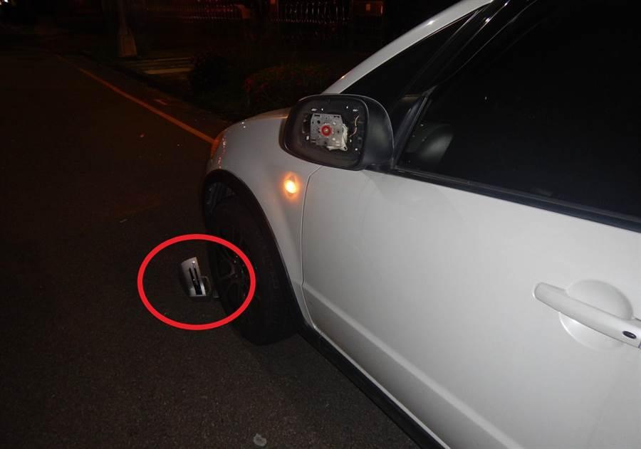 莊男開車硬擠慢車道,擦撞路旁臨停的白色汽車後,竟未停下查看,辯稱趕上班。(黃國峰翻攝)