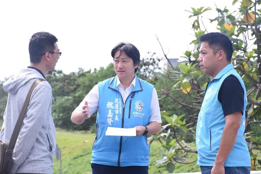 花蓮市長魏嘉賢(中)會勘路燈施作地點,希望儘速處理居民困擾,朝友善城市目標邁進。(花蓮市公所提供)
