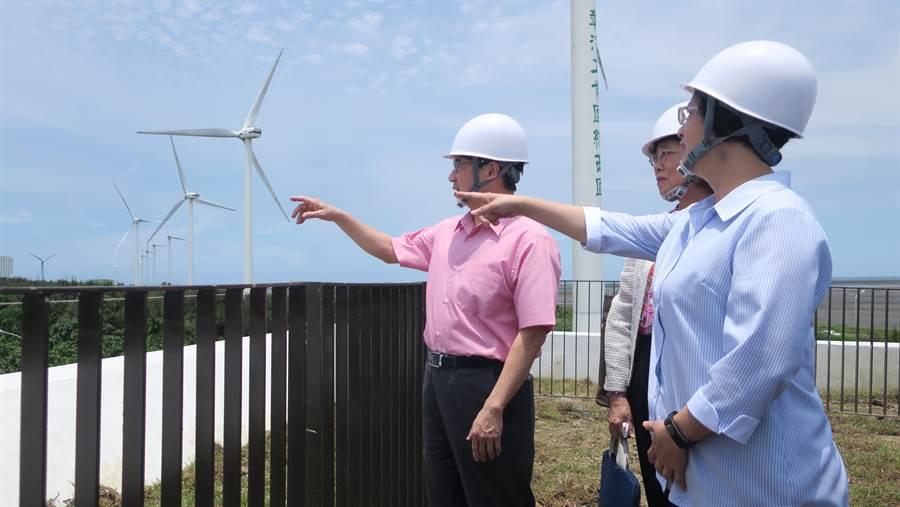 彰化縣長王惠美(右1)親自引領兩個監委在自然生態教育中心外飽覽彰濱外海美麗景緻。(謝瓊雲攝)