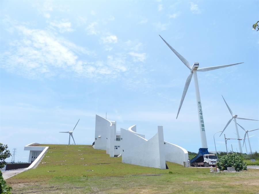 彰化縣自然生態教育中心坐落在伸港海濱彰濱慶安水道旁,可遠眺海岸線風光。(謝瓊雲攝)