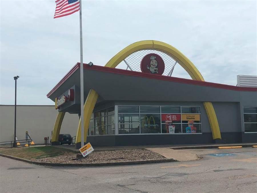 只有一半M字LOGO的麥當勞,讓網友一度以為是山寨的。(翻攝@mochan64推特)