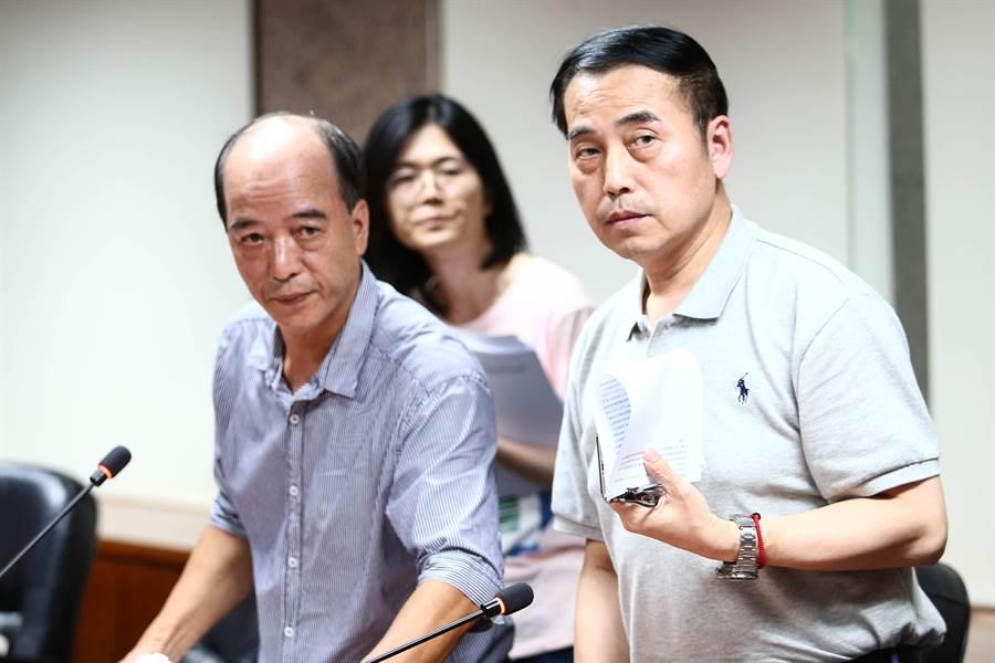 中華冰協祕書長吳奕德(右)在記者會說明台北經典賽遭取消的爭議。(鄧博仁攝)