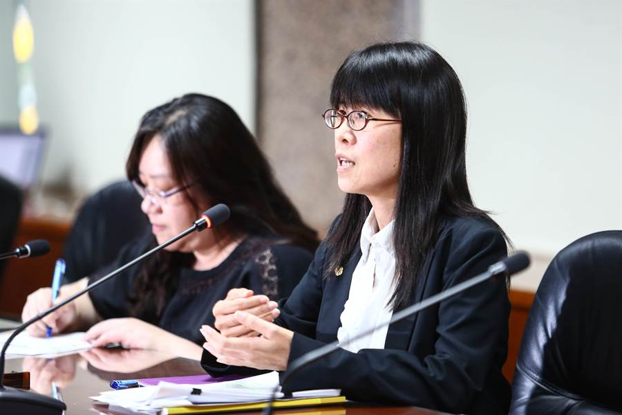 體育署國際組組長許秀玲(右)說明體育署與中華冰協的溝通情況。(鄧博仁攝)