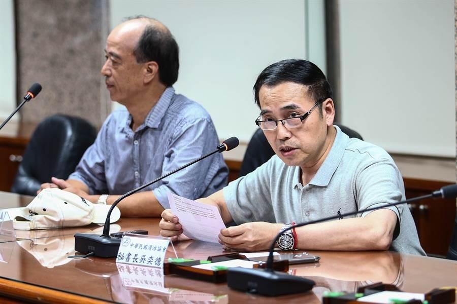 中華冰協祕書長吳奕德(右)在記者會說明台北站遭拔爭議。(鄧博仁攝)