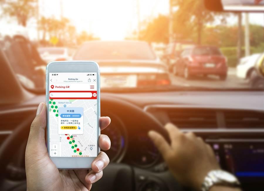 遠傳電信智慧戶外停車系統「Parking GO」LINE官方帳號(@parking-go)正式上線,未來開車族只要一滑手機,透過LINE官方帳號即可查詢附近停車位。(圖/遠傳提供)