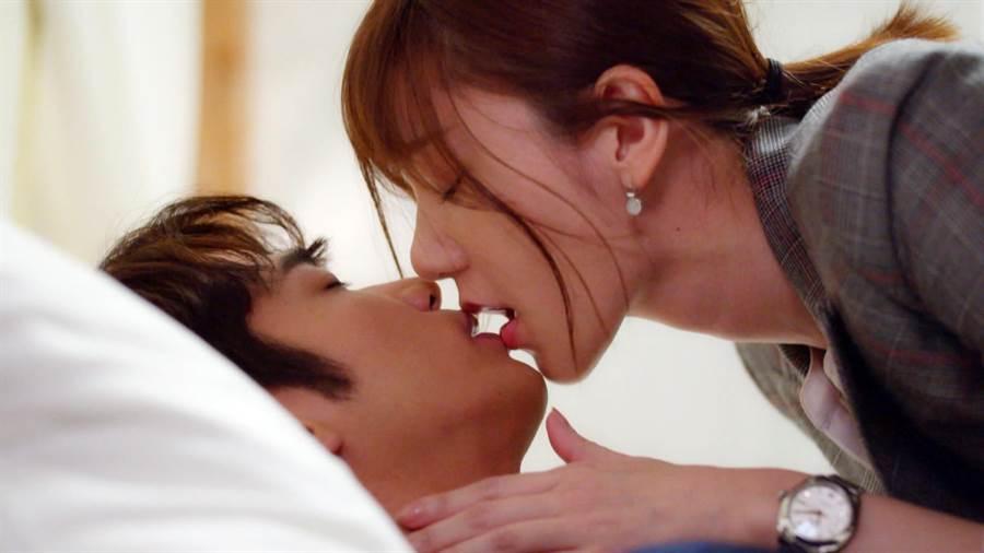 劉以豪、郭雪芙激吻滾床。(八大)