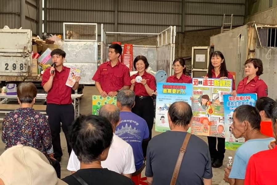 竹東婦女防火宣導隊在瑞豐里宣導防災。(羅浚濱翻攝)