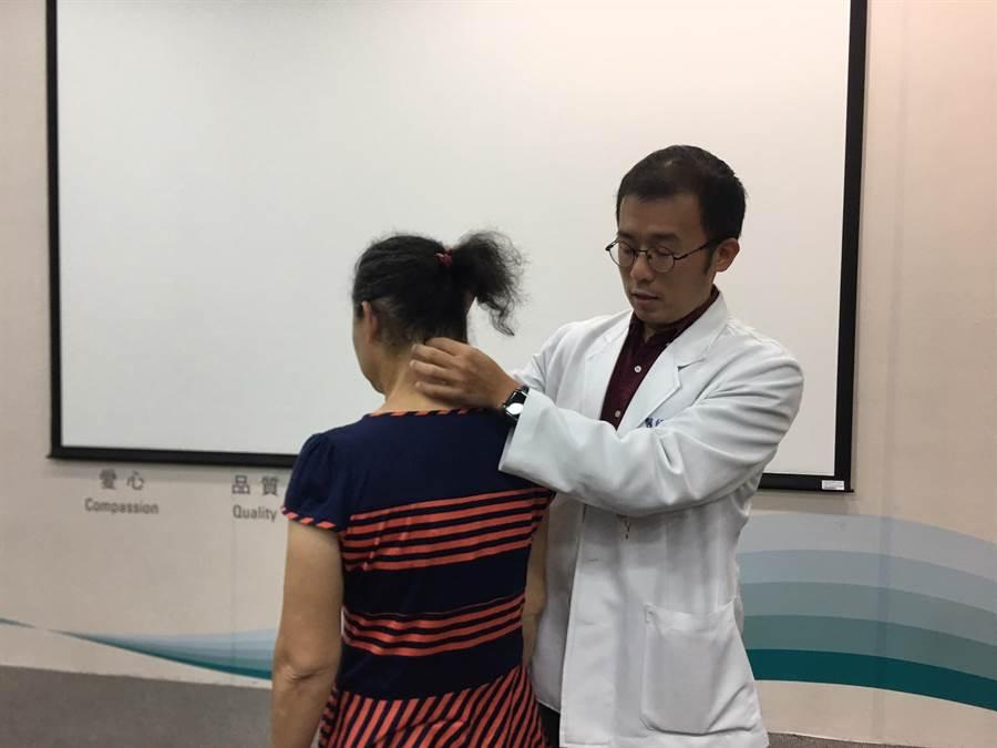 台中榮民總醫院結合了神經醫學中心、急診部、放射線部、麻醉部,成立動脈取栓團隊,把患者在動脈裡造成阻塞的血栓取出來、血管打通後,患者恢復知覺醒來。(張妍溱翻攝)